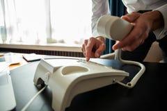 Бизнесмен набирая телефонный номер для того чтобы позвонить телефонный звонок стоковые фото