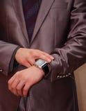 Бизнесмен наблюдая его часы иллюстрация штока