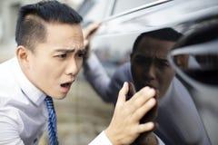 бизнесмен наблюдая новый автомобиль и потревожиться он стоковые фотографии rf