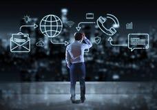 Бизнесмен наблюдая тонкую линию социальные значки сети взаимодействует Иллюстрация вектора