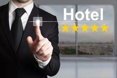 Бизнесмен нажимая гостиницу 5 кнопки сенсорного экрана играет главные роли оценка Стоковое Фото