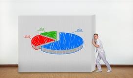 Бизнесмен нажимая график пирога Стоковое фото RF