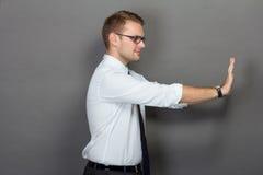 бизнесмен нажимая детенышей стоковые фотографии rf