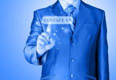 Бизнесмен нажимая знак США КОНТАКТА стоковая фотография rf