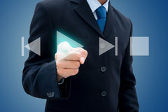 Бизнесмен нажимая кнопку игры Стоковая Фотография
