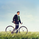Бизнесмен нажимая концепцию велосипеда Outdoors Стоковые Изображения