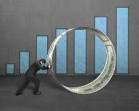Бизнесмен нажимая круг денег с диаграммой Стоковая Фотография