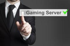 Бизнесмен нажимая проверенный сервер игры кнопки стоковое фото rf