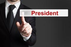 Бизнесмен нажимая плоского президента кнопки стоковые фото