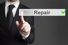 Бизнесмен нажимая ремонтные услуги кнопки Стоковые Фото