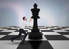 Бизнесмен нажимая шахматную фигуру против фиолетовой абстрактной предпосылки стоковое изображение rf