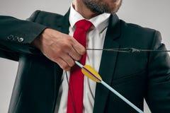 Бизнесмен направляя на цель при лук и стрелы, изолированный на белой предпосылке стоковые изображения