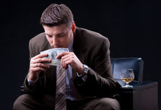 Бизнесмен наслаждаясь много деньгами Стоковые Фотографии RF