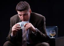 Бизнесмен наслаждаясь много деньгами Стоковые Изображения