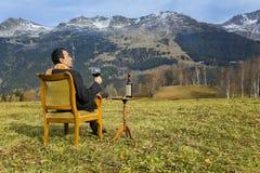 бизнесмен наслаждаясь природой Стоковая Фотография RF