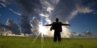 бизнесмен наслаждается восходом солнца релаксации Стоковые Фото