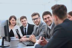Бизнесмен начиная встречающ команду дела Стоковые Изображения