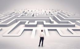 Бизнесмен начиная плоский лабиринт 3d стоковое фото rf