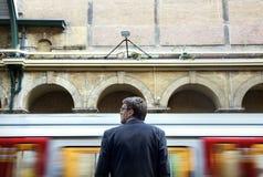 Бизнесмен на вокзале стоковое изображение