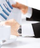 Бизнесмен на встрече обсуждая графики Стоковое Фото