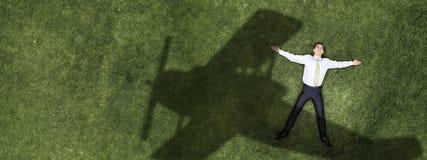 Бизнесмен на зеленой траве Стоковые Изображения RF
