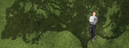 Бизнесмен на зеленой траве стоковые фотографии rf