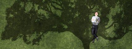 Бизнесмен на зеленой траве стоковое изображение rf