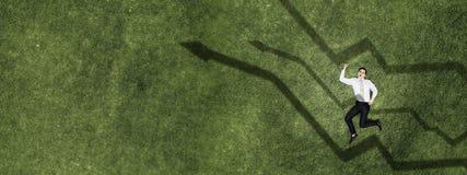 Бизнесмен на зеленой траве стоковое фото rf