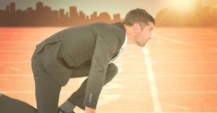 Бизнесмен на линии старта против оранжевого пирофакела с горизонтом Стоковые Фотографии RF