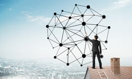 Бизнесмен на крыше дома представляя концепцию сети и соединения Мультимедиа Стоковые Фотографии RF