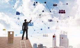 Бизнесмен на крыше дома представляя концепцию сети и соединения Мультимедиа Стоковая Фотография RF