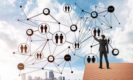Бизнесмен на крыше дома представляя концепцию сети и соединения Мультимедиа Стоковое Фото