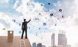Бизнесмен на крыше дома представляя концепцию сети и соединения Мультимедиа Стоковое Изображение RF