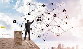 Бизнесмен на крыше дома представляя концепцию сети и соединения Мультимедиа Стоковое Изображение