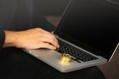 Бизнесмен на ноутбуке с монетками bitcoin стоковое фото rf