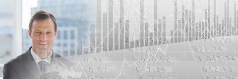Бизнесмен на окне с серым переходом диаграммы финансов Стоковые Изображения RF