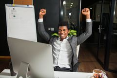 Бизнесмен на офисе, жесте успеха, цели достиг, счастливый человек Стоковые Фото