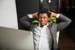 Бизнесмен на офисе, жесте успеха, цели достиг, счастливый человек Стоковые Изображения RF