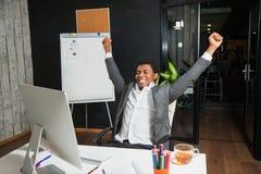 Бизнесмен на офисе, жесте успеха, цели достиг, счастливый человек Стоковое Фото