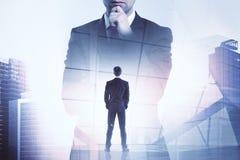 Бизнесмен на предпосылке силуэта бизнесмена Стоковые Фотографии RF