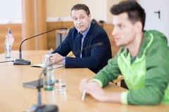 Бизнесмен на пресс-конференции Стоковые Изображения