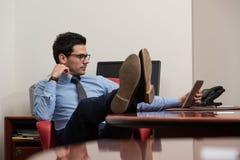 Бизнесмен на проломе с его компьютером Стоковое Изображение