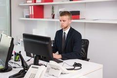 Бизнесмен на проломе с его компьютером Стоковые Фотографии RF