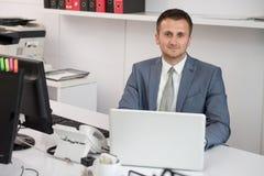 Бизнесмен на проломе с его компьютером Стоковые Изображения RF