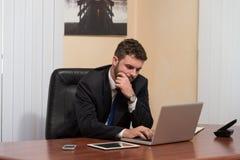 Бизнесмен на проломе с его компьютером Стоковая Фотография RF