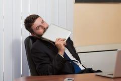 Бизнесмен на проломе с его компьютером Стоковое Изображение RF