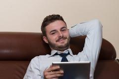 Бизнесмен на проломе с его компьютером Стоковое фото RF