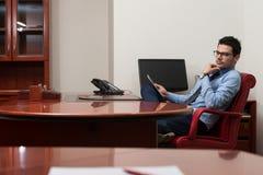 Бизнесмен на проломе с его сенсорной панелью Стоковые Фото