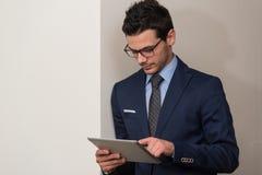 Бизнесмен на проломе с его сенсорной панелью Стоковые Фотографии RF