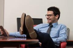 Бизнесмен на проломе с его сенсорной панелью Стоковое фото RF